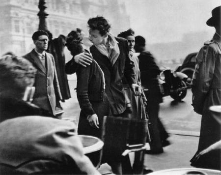 Robert Doisneau – Kiss by the Hôtel de Ville